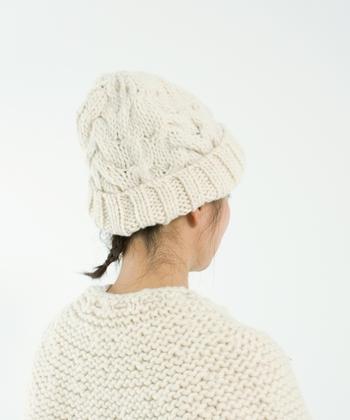ペルー南部にあるブーノという街やその周辺の集落で編まれている、ハンドメイドのニット帽です。あえて太さの一定していない糸を使うことで、味わいのある雰囲気を演出。白とベージュの2色展開で、ナチュラルコーデに合わせやすいアイテムに仕上げています。