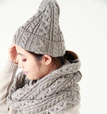 ケーブル編みが施されたニット素材のファッション小物は、秋冬の寒さをカバーしつつ、おしゃれさもグッと格上げしてくれる優秀アイテムです。  今回はそんなケーブルニットのファッション小物を、デイリーに使いやすいアイテム別にピックアップしてご紹介します。