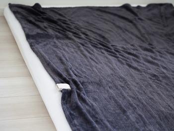 どこでも持ち運びできる電気毛布は、ソファー以外にお布団でも活躍。こちらのブロガーさんのように、電気毛布を敷いてあらかじめお布団を温めておけば、お布団に入ったときにすぐにあったか♪電源を切っても保温効果は続くので、電気代節約にもなります。