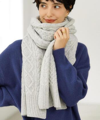 オーストラリアのハミルトンで放牧された、ラムズウールがブレンドされた柔らかな肌触りのマフラー。軽やかで暖かな素材で、首周りのおしゃれな防寒を叶えてくれます。ケーブル編みをデザインに加えることで、上品な印象をプラス。