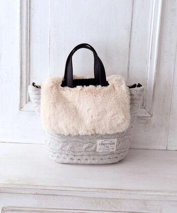 ウールセーターの古着屋切れ端を、再び糸にして作られた再生ウール素材を採用したケーブルトートバッグです。フェイクファーとの組み合わせで、見た目にも暖かくフェミニンなデザインに。秋冬の大人女子コーデに、ぴったりのアイテムです。