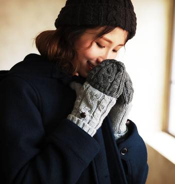 カバーを外すと指先が出てくるミトンタイプの手袋は、いざという時に指を使えたりスマホが使いやすかったりと便利なアイテムです。カバーの先までケーブル模様を編み込んで、袖先からちらりと覗くポイントにも、おしゃれなエッセンスを盛り込んでいます。