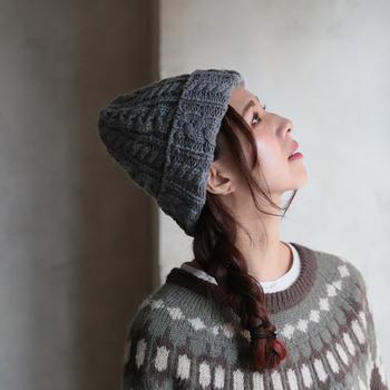 ローゲージでふんわりと編み上げたニット帽に、ケーブル編みをミックスしたおしゃれデザインのニット帽。程よいボリューム感にこだわり、さまざまなテイストのコーディネートに合わせやすい季節感たっぷりなアイテムです。