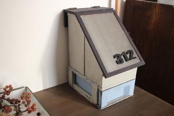 こちらのブロガーさんは、100均のプラスチックケースをアレンジして収納ケースをDIY!ペイントを施して、フタは別途、板で手作りしたこだわりの作品です。ごちゃごちゃしがちなマスクやカイロなどを玄関先の特等席にまとめておけば、スッキリする上、お出かけ時もスムーズ。お好みの収納ケースを探してみてくださいね。