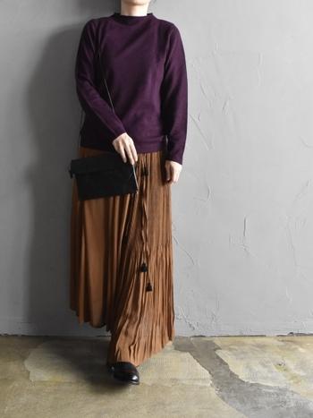 濃い紫のマルベリーカラーニットは、ブラウン系のフレアスカートと合わせてベーシックな大人スタイルに。ダークトーンのパープルをトレンドカラーのブラウンと組み合わせることで、今っぽさもしっかり演出できるシンプルコーデに仕上げています。