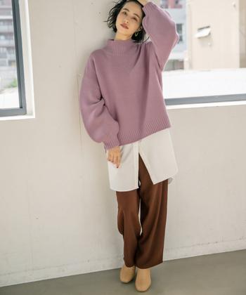 程よい丈感の紫ニットに、白シャツをレイヤードしたコーディネートです。裾から長めに見せたインナーシャツとラベンダーカラーが、トレンド感をしっかり演出してくれます。ブラウンのワイドパンツとベージュのショートブーツで、ラフとフェミニンのミックスコーデに♪