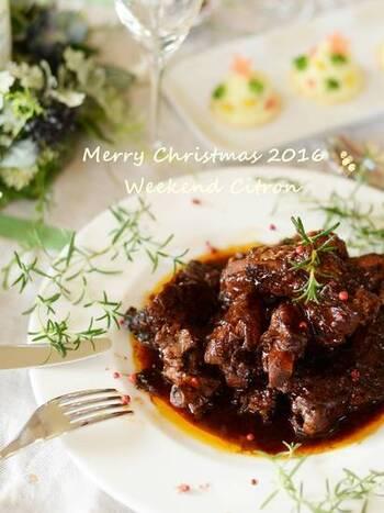レストランのメインで出てきそうな雰囲気のあるスペアリブの煮込み。実はとっても簡単で、焼いたらあとは圧力鍋に入れて煮込むだけ。ホロッと柔らかく、バルサミコ酢を使うことでで生まれる奥深い味わいはまさに大人のクリスマスにぴったりです。