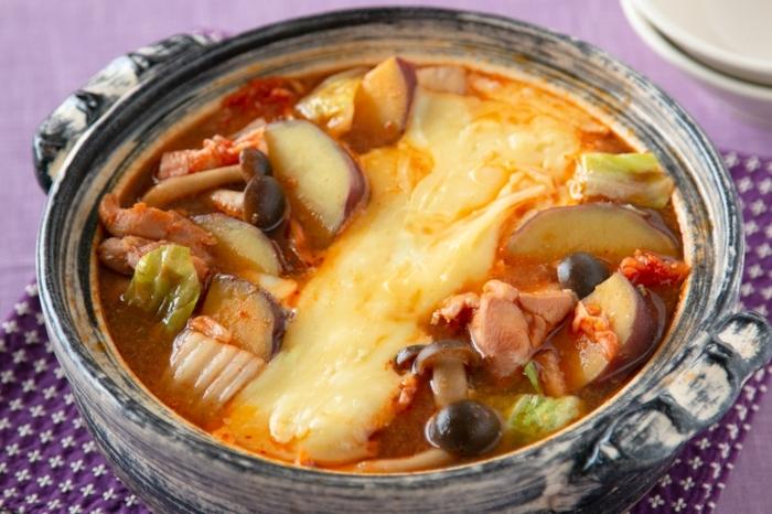 キムチ鍋に、人気のチーズタッカルビを取り入れたアイデア鍋。発酵食品のキムチとチーズの組み合わせは、体によくて、しかもうまみパワーの相乗効果で抜群のおいしさ。見た目のインパクトもあり、鍋パーティーにもおすすめです。