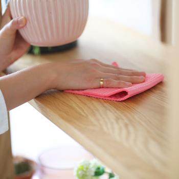 お湯をクロスに少しだけ染み込ませて拭き取ると、水だけで行うよりもさっぱりと拭きあげることができます。普段から「拭く」という習慣をつけておくと、おうちのきれいが身近になります。