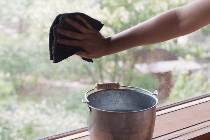洗剤や重曹などを使うと白くくもってしまう窓掃除でも、お湯は大活躍!気づいたときに、お湯だけでささっと拭きあげておけば、いつもきれいな状態をキープできるようになります。寒い日でもお湯なら、手がかじかんでしまうこともありません。