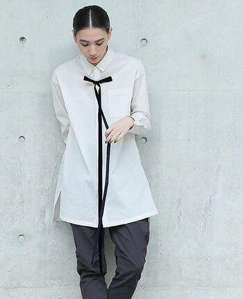 シンプルな白シャツに黒のボウタイが、制服のようなユニフォームのようなコーデに。細めのパンツに合わせたクールなスタイリングです。