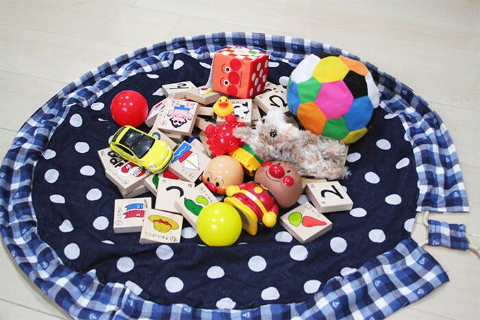 このマットの利点は、マットの上でおもちゃを広げて遊んだ後、そのまま紐を引くだけでお片付けが完了するところです。しまう手間が省けるので、大人も子供もストレスフリーですね!