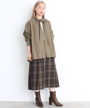 ボウタイシャツにタータンチェックのスカートはまるでスクールガール。制服やユニフォーム風アイテムやスタイリングも、今年のトレンドとなっています。