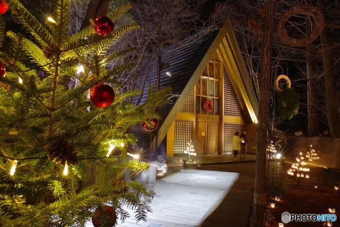 ここからは、都心から少し足を伸ばしたおすすめスポットをご紹介します。軽井沢高原教会では12月1日(日)~12月25日(水)まで「星降る森のクリスマス 2019」が開催されます。教会前に飾られる高さ6mのツリー、そして無数のランタンキャンドルがあたたかく灯ります。