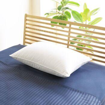 ダウンとフェザーを50%ずつ使用し、ホテルの枕のようなふわふわ感と極上の寝心地を追求した贅沢なダウンピローです。また、枕カバーは吸収・発散性に富んだ優しい肌触りの超長綿。ダニを1匹も通さないというほど高密度に織り上げられています。