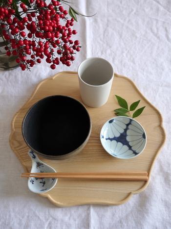 食卓を調えるアイテムのひとつ、折敷(おしき)。折敷を使うことで、普段使いのうつわたちも、ワンランクアップしたような面持ちを見せてくれます。美しく、丁寧な食事の時間を身近なものにしてくれる折敷について、見ていきましょう。