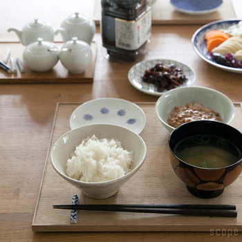 自分のエリアをきっちりと区切ることができるのも、折敷のいいところです。みんなでいただく香の物や海苔などはテーブルの中央に用意してみれば、緩急のあるテーブルセッティングが完成します。