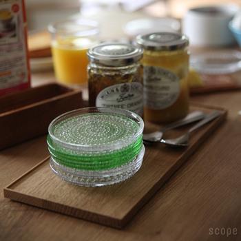 食卓の中で、みんなで使うものを集めて折敷にのせるのも面白い使い方です。これなら、手を伸ばしやすく、使いやすいですよね。