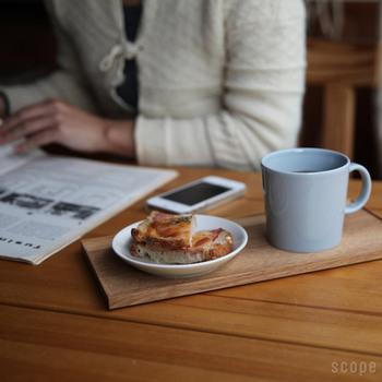 三時のおやつとマグカップを折敷にのせると、テーブルの中でそこだけ、きっちりと意識を向けることができる空間ができあがりました。折敷をこういう風にさりげなく、使えるようになると上級者です。