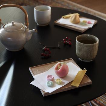 折敷を和菓子用のプレート代わりに使っています。折敷から少しはみ出すようにお懐紙をセットして動きをアレンジしています。