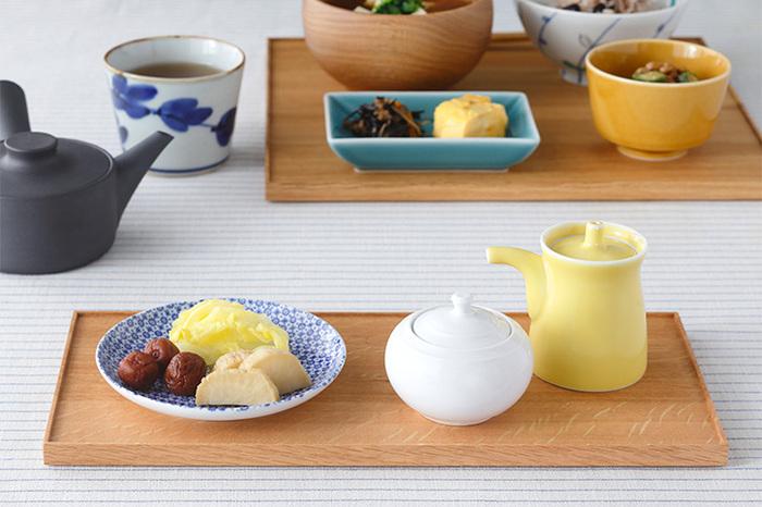 醤油差しや香の物など、ほかのお食事とはちょっぴり区切りをつけると、食卓にメリハリがうまれることもあります。長方形の折敷というのは使い勝手がいいので、ひとつ持っていると重宝します。