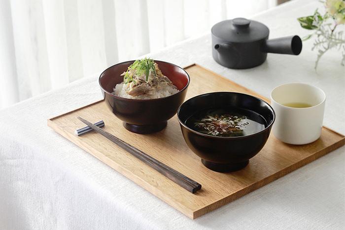 ごはんと汁物のふた品だけでも、折敷にのせると寂しさよりも立派さが印象に残ります。普段から、きちんと丁寧に食事を楽しんでいるというのがよくわかるお膳です。