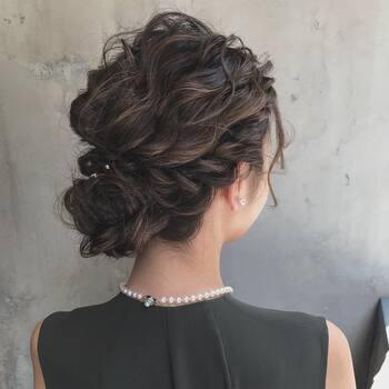 サイドの髪を残し、低い位置お団子を作ったら、残した毛束をねじりながら巻き付けていくだけのアレンジ。トップにボリュームを出すことで、横顔も後姿もどこから見ても美しい仕上がりになりますね。