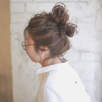 ダブルお団子スタイルは、毛量の多い方には特におすすめ。お団子を二つ作っているだけなのでお手軽ですが、人とはなかなかかぶらない個性的な仕上がりになります。