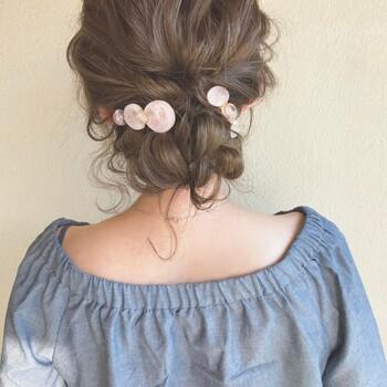 ハチ部分の髪をまとめてくるりんぱにしてから全ての髪を一つにまとめてお団子にします。まるみのある桜色バレッタをつけることで、華やかさと可憐さを演出できます。