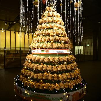 """続いては、東京国際フォーラムに毎年12月に登場する可愛らしい""""干支ツリー""""をご紹介。今年は、来年の干支である""""子(ねずみ)""""をモチーフにしたオリジナルのぬいぐるみ約1000匹が装飾される予定です。"""