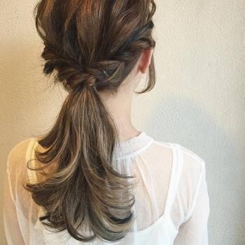 両サイドの髪を残してローポニーテールにし、残した毛束をくるくるとねじりきゅっと一つにまとめた簡単アレンジ。毛先を外巻きにすることでふんわりと優しい印象になります。