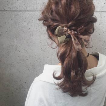 両サイドのみつあみをまとめた印象的なヘアには、馴染みのいいカラーのチュール付きのヘアゴムでポイントを。トレンドカラーや柄をさりげなく取り入れるのもおすすめです。