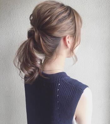 ハーフアップにしてから、残りの髪を二つに分けてハーフアップにしたゴムの上でまとめてくるりんぱします。簡単でシンプルですが、こなれ感があるスタイルに仕上がります。