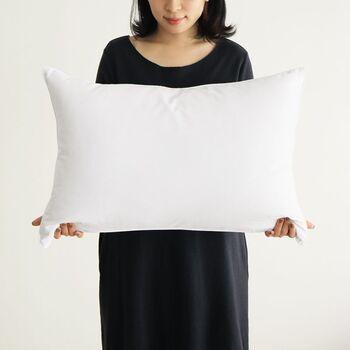 枕の大きさには主に、標準的なシングル(43×63cm)、ひと回り小さいセミシングル(約35×50cm)、ひと回り大きいセミダブル(約50×70cm)といったサイズがあります。 また最近では、横幅の長いダブルサイズ(約43×120cm)を1人で贅沢に使うという方も増えているそうですよ。