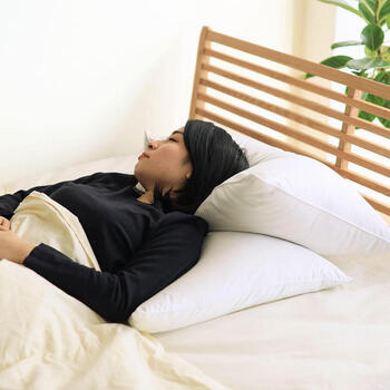 サイズにはMとLの2タイプがあり、組み合わせて使うこともできます。Lサイズを敷いた上に背中から肩までを乗せ、重ねたMサイズの上に頭を乗せると、体全体を預けられる絶妙なホールド感が味わえるそう。なんとも贅沢な使い方ですが、自宅で毎日こんな風に寝られたら最高ですよね。