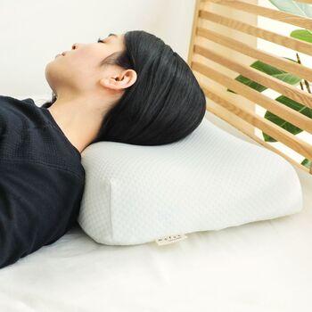 波型タイプとも呼ばれるこちらの形状は、枕のカーブが首裏のラインにしっかりとフィットするので、首から頭部にかけて安定して支えることができます。低反発素材を使って作られた枕に多い形です。