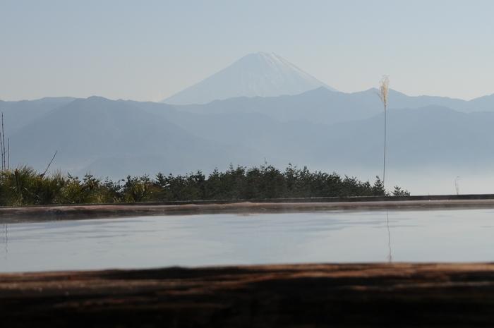 山の上にあるこのほったらかし温泉からは、美しい景色が見られるだけでなくなんと立派な富士山が!そんな景色が見られるのもここほったらかし温泉のおすすめポイント◎空気が澄んでいる冬場に訪れるとさらに綺麗な景色が見れますので、是非冬に訪れてみましょう♪
