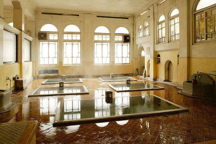 そんな四万温泉 積善館の本館にある温泉「元禄の湯」は、大正時代のアンティーク調の作りをしている珍しい温泉で、建物自体が登録有形文化財であるという国宝レベルの温泉なんです!神聖な空気感のある作りとなっていますよね*