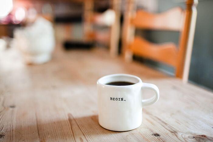 なんとなくでもいいので、とにかく一度「いつもよりちょっと頑張って起きてみた朝」を体験してみるのも、翌日からの「起きるモチベーション」につなげるよい方法。  どんな効果があるかはわからないけれど、とにかくいつもより少し早めに起き出して、その分家も早く出発してみる。 すると、もしかしたらいつもより澄んだ朝の空気に心地よさを感じるかもしれませんし、満員ではない電車で座って通勤できることに快適さを感じるかもしれません。