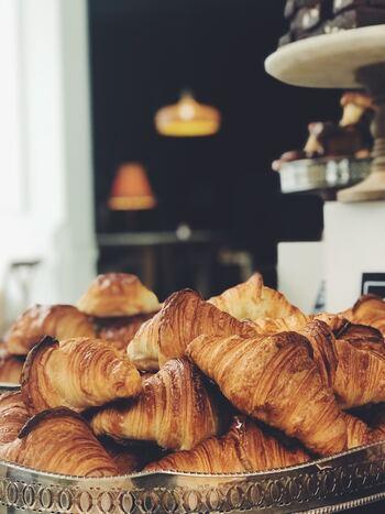 例えば、目覚めた瞬間に部屋の中に焼き立てのパンの香りが漂っていたら…考えるだけで、至福の朝、ですよね。 こんな風に、起きてすぐ、ちょっとしたお楽しみがあったら・・・いつもよりちょっと早めにベッドを抜け出すモチベーションになるはず。