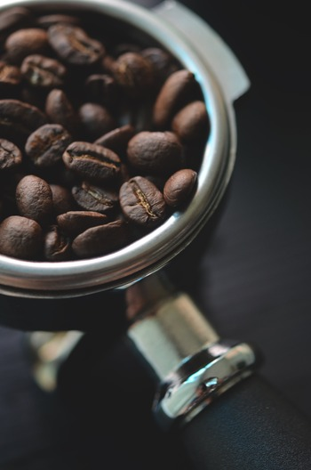 また、アルコールやカフェインを含む飲食物は、睡眠を浅くする原因になるので、いただくなら就寝3時間ほど前まで(カフェインの影響を受けやすい体質なら5時間前を目安)に摂るようにするのがおすすめです。
