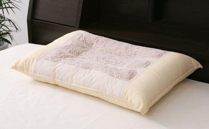 天然の檜チップを使った枕です。中央がなだらかなくぼみになっていて、しっかりした枕の厚みと共に頸椎を安定的に支えます。敷き詰められたチップが頭部をほどよく刺激するので、心地よい指圧効果も◎。
