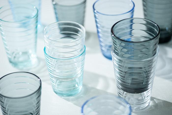 モダンで洗練されたデザインのテーブルウェアが世界中で愛されている「iittala(イッタラ)」。現在は美しいガラス製品をはじめ、磁器製の食器やおしゃれなカトラリーなど様々なアイテムを展開していますが、もともとはガラスメーカーとして1881年にフィンランド南部のイッタラ村に設立されました。