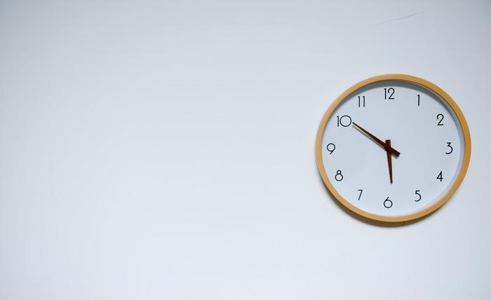 働き盛りの年齢は睡眠時間が少なくても大丈夫!と思われがちですが、実は大人の理想の睡眠時間は年齢によってそれほど変わらないのをご存知ですか?  大人の理想の睡眠時間は「7~9時間」です。 ちなみに、7~8時間連続で眠った時、仕事などのパフォーマンスも最も上がるんだそう。