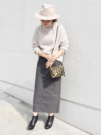 女性らしいタイトスカートに、中折れハットが一層レディな雰囲気をアップさせたコーディネート。ヒョウ柄のバッグもスパイスに。