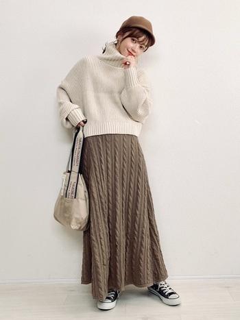 洋服はロングスカートなど女性らしい雰囲気のアイテムを使いつつ、足元のコンバースとキャスケットで上手にカジュアルダウンしたお手本スタイル。