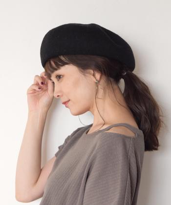 ベレー帽を深めに被って後ろでスッキリ一つ結び。前髪アリも可愛いです。