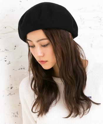 ベレー帽を少し斜めに被って、ゆる巻きダウンスタイル。女性らしい品が感じられます。