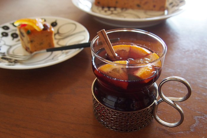 ほとんどのグラスが耐熱ガラス製ではありませんが、こちらの「Tsaikka(ツァイッカ)」は耐熱温度100度の強化ガラスでできているため、温かい紅茶やホットワインも楽しむことができます。