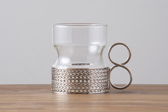 フィンランドを代表するデザイナー、Timo Sarpaneva(ティモ・サパネヴァ)がデザインしたツァイッカは、美しい装飾を施したメタルホルダーと8の字のハンドルが特徴です。冷たい飲み物もホットドリンクも両方楽しめるので、季節を問わず一年中活躍してくれます。